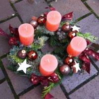 Adventskranz mit Kugeln und lachsfarbenen Kerzen