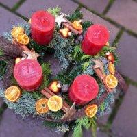 Adventskranz rot mit natürlichem Beiwerk