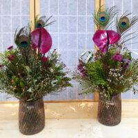 Anthurien und Pfauenfedern extravagante Sträuße