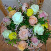 Blumenstrauß in lachsfarben und creme