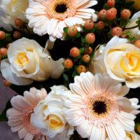 Pastellfarbener Strauß mit Rosen und Gerbera
