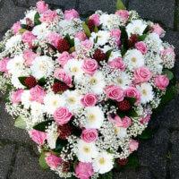 Rosenherz mit rosa Rosen und weißen Gerbera