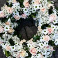 rundgesteckter Blumenkranz weiß und Pfirsichfarben