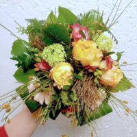 schöner Strauß mit orangefarbenen Rosen