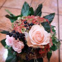 Sträußchen mit Rosa Rosen und Beeren