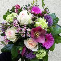 Strauß mit Rosen und Lenzrosen